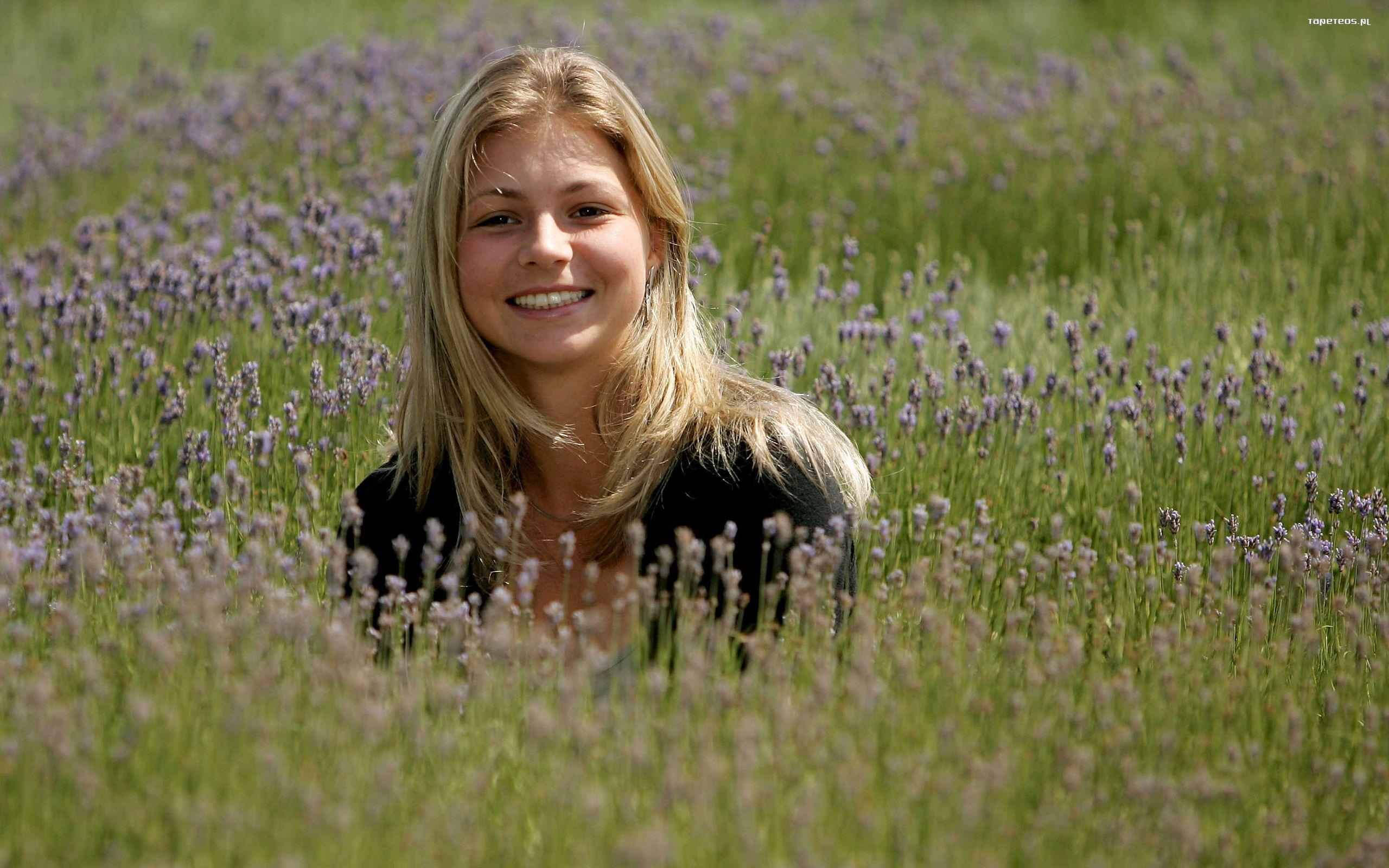 Юная девочка на природе 7 фотография