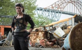 Deadpool (2016) 005 Gina Carano jako Angel Dust