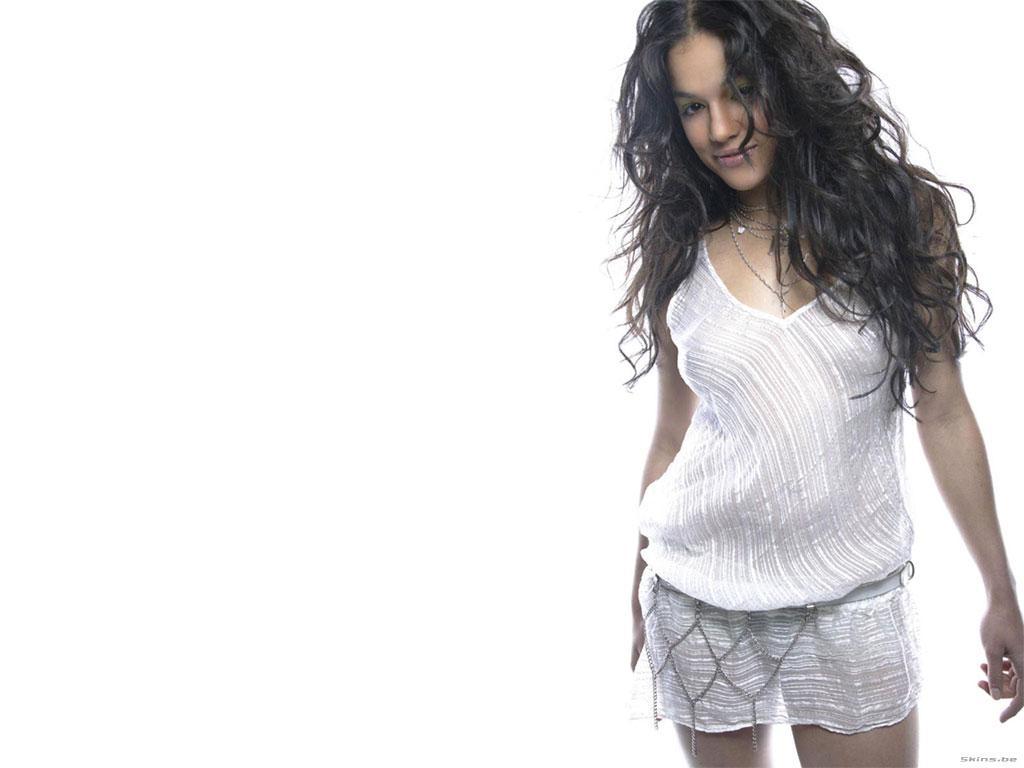 Michelle Rodriguez в белом топике у дерева скачать